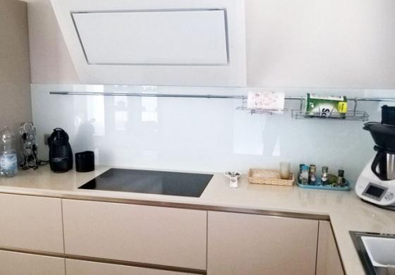 I retro cucine in vetro, per proteggere il muro con stile