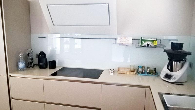 Paraschizzi per la cucina in vetro for Mattonelle finte per cucina